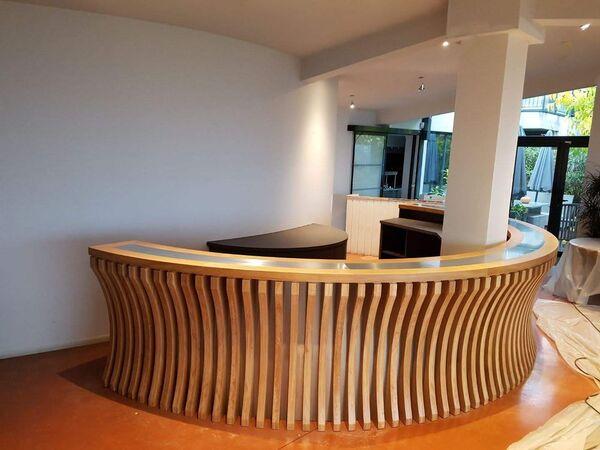 Bar cintré en bois massif et zinc
